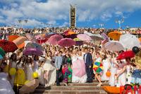 Афиша Ижевска — Марафон Невест: наряжались в розовые галоши и костюмы пчёлок